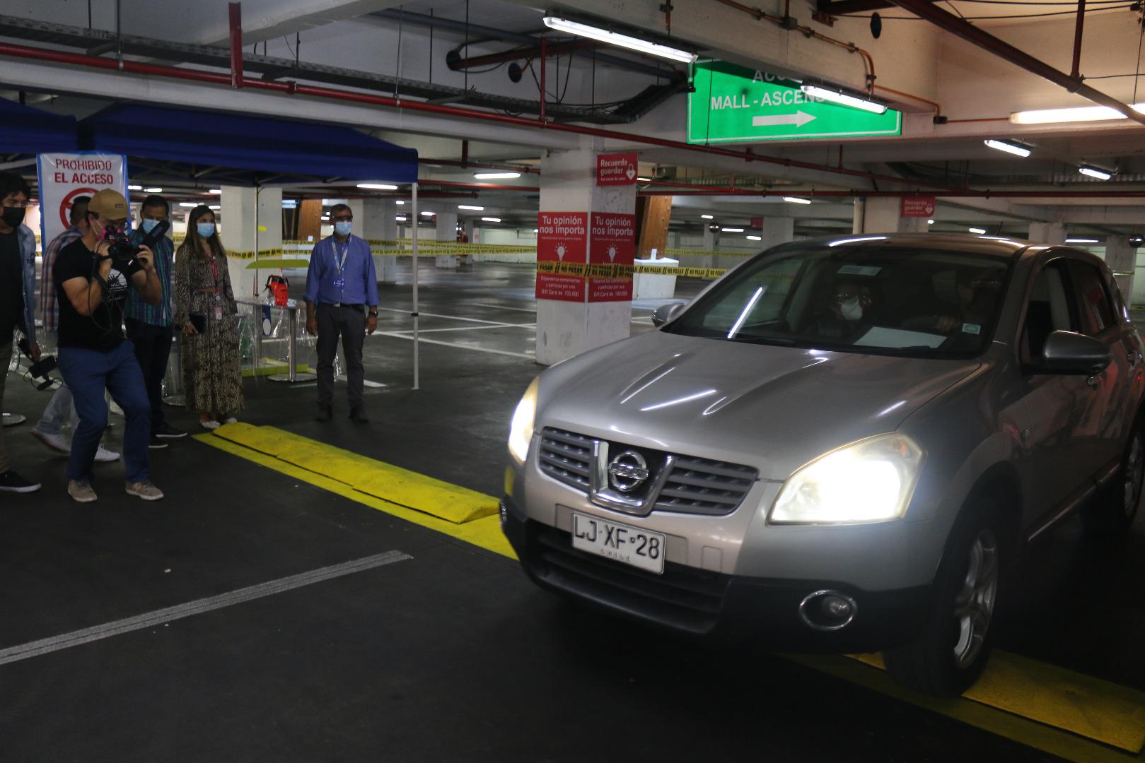 """Salud Municipal de Iquique habilita """"Vacunatorio al auto"""" en estacionamientos del Mall Plaza"""